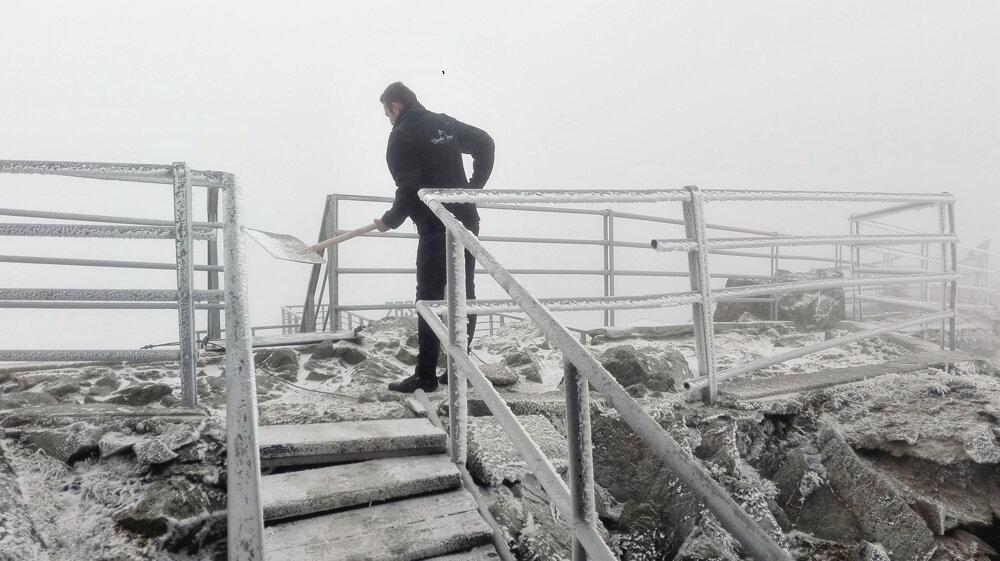Odpratávanie snehu na Lomnickom štíte.