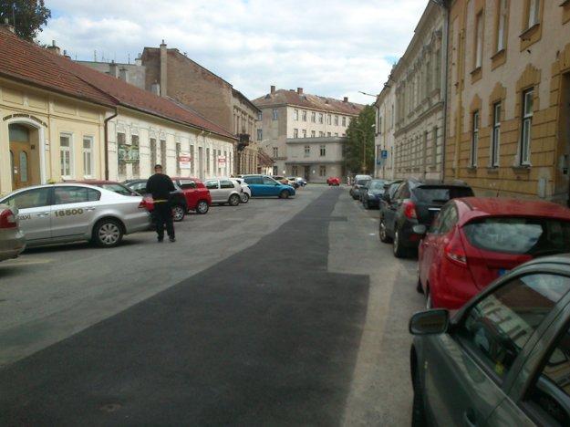 Tajovského ulica. Zadarmo tam neparkovalo len niekoľko áut.