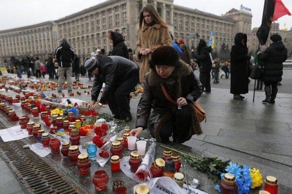 Ukrajinci vzdali hold obetiam ostreľovania Mariupoľa minútou ticha i zapaľovaním sviec na kyjevskom Námestí nezávislosti.