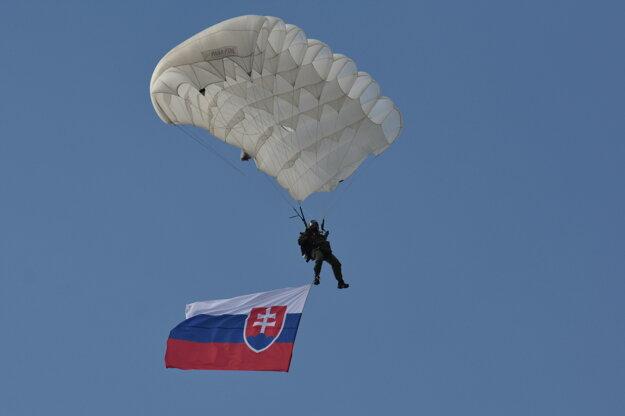 Na snímke zoskok výsadkárov počas počas pietneho aktu kladenia vencov pri Pamätníku hurbanovských bojov v rámci osláv Dňa Ozbrojených síl Slovenskej republiky.