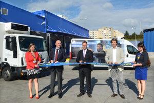 Nová platforma otvorená. Predstavitelia spoločnosti Metro Jan Žák, Peter Miklovič aGuillaume Chêne slávnostne otvorili novú distribučnú platformu.
