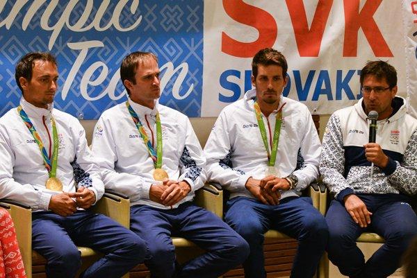 """Úspešní """"Brazílčania"""". Zľava P. Škantár, L. Škantár, M. Beňuš atréner J. Minčík."""