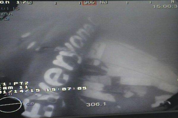 Vrak stroja AirAsia na dne Jávskeho mora.