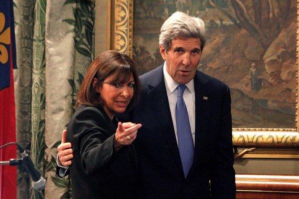 Americký minister zahraničných vecí John Kerry a starostka Paríža Anne Hidalgo.