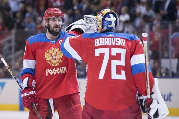 Alexander Ovečkin (vľavo) a brankár Sergej Bobrovskij patria medzi opory ruského tímu na Svetovom pohári.