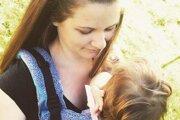 Bronislava sa popri materskej dovolenke živí šitím ergonomických nosičov pre bábätká. Na fotografii so svojou dcérkou, Miou.