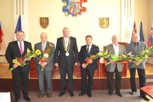 Galéria ocenených s vrútockým primátorom M. Mazúrom (uprostred). Cenu pre A. Hrnčiara prevzal martinský viceprimátor I. Žigo (zľava).