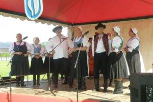 Členovia miestneho folklórneho a divadelného súboru Sielnica pobavili návštevníkov Lazianskych hodov veselým vystúpením.