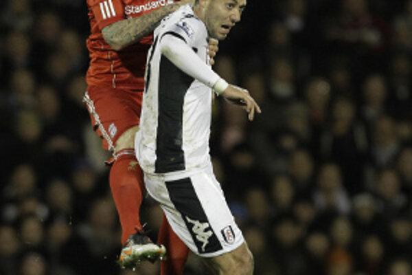 Vzdušný súboj Martina Škrtela (vľavo) a Clinta Dempseyho z Fulhamu.