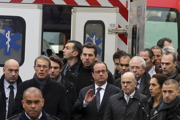 Francúzsky prezident Francois Hollande (v strede) na mieste útoku.