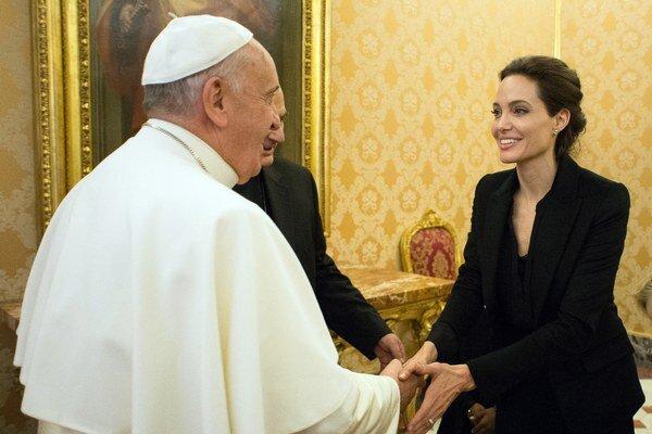 Pápež František prijal americkú herečku Angelinu Jolieovú.