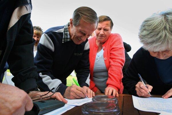 Za necelú hodinu podpísalo petíciu okolo 200 ľudí, budúci týždeň ju organizátori sťahujú na námestie.