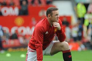 Wayne Rooney počúva kritiku z každej strany. Naposledy ho Mourinho vynechal zo základnej zostavy.