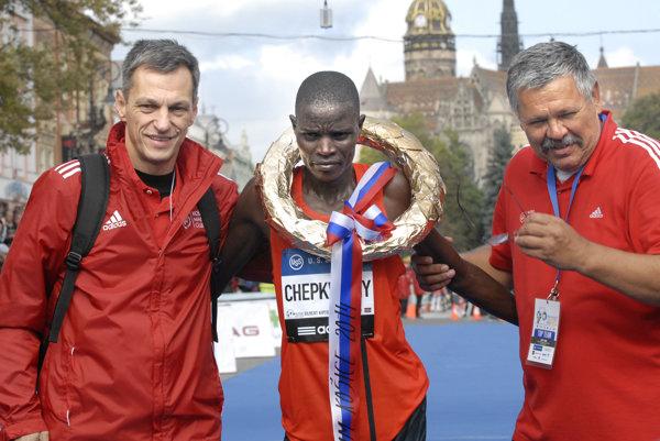 V cieli s víťazom. Riaditeľ pretekov B. Koniar (vľavo) svíťazom zroku 2014.
