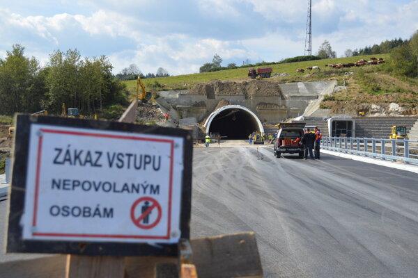 Na diaľničnom úseku Svrčinovec - Skalité sa pracuje.
