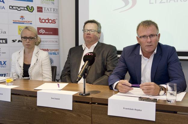 Tlačovej konferencie sa okrem Repku (vpravo) zúčastnili aj viceprezident SLA Ivo Ivanič (v strede) a členka krízového štábu Mária Faithová.