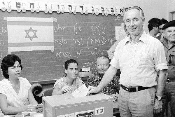Peres počas volieb v roku 1981.