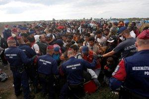 V Röszke je jediný prijímací bod, kde utečencov v Maďarsku registrujú.