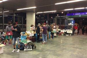 Takto čakajú utečencov vo Viedni na novej hlavnej stanici.