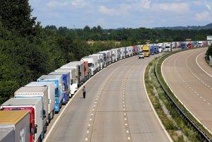 Pred tunelom čakajú desiatky kamiónov.