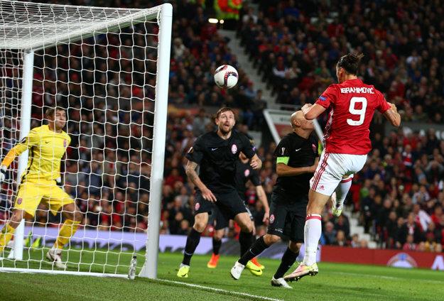 Zlatan Ibrahimovič (s číslom 9) skóruje do siete Zorje Luhaňsk.
