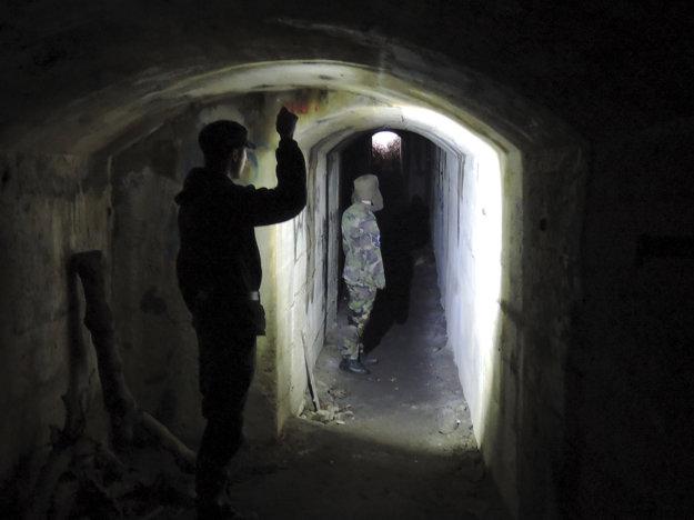 Kaverna sa nachádza asi 300 metrov od hornej stanice lanovky spájajúcej Kamzík so Železnou studničkou.