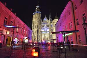 Festival Biela noc v Košiciach 1. októbra 2016. Snímka z inštalácie na Alžbetinej ulici, v pozadí Dóm sv. Alžbety.