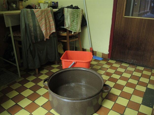 Dažďovú vodu zachytávali na škôlke aj do vedier a hrncov.