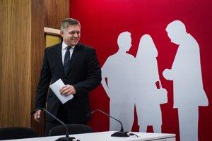 Predseda strany Smer Robert Fico prichádza na tlačovú konferenciu po rokovaní predsedníctva strany.