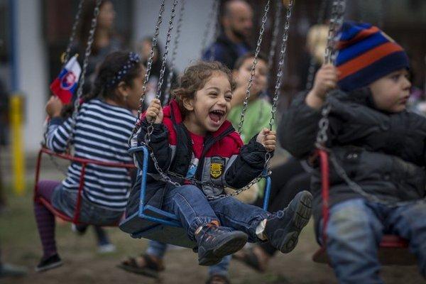 Užiť si kolotoč a ochutnať cukrovú vatu prišlo do areálu utečeneckého tábora v Gabčíkove asi 30 detí azylantov.