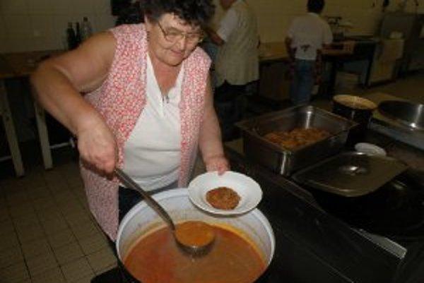 Zemiakovú babu zalievajú Košania fazuľovou polievkou.