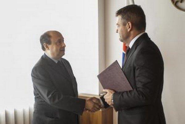 Predseda NR SR Peter Pellegrini (vpravo) odovzdal dekrét novozvolenému predsedovi prvej Štátnej komisie pre voľby a kontrolu financovania politických strán Eduardovi Báránymu.