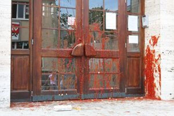 Dvere okresného súdu v Prievidzi vyzerali po zásahu vandala takto.