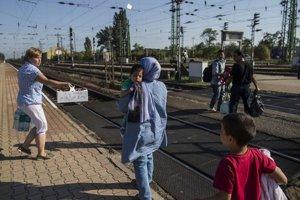 Na maďarsko-rakúskom pohraničí miestni spontánne nosili utečencom vodu a jedlo.