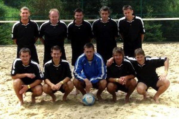 Tím FK Slovan Zemianske Kostoľany uspel na majstrovstvách Slovenska v plážovom futbale.