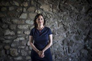 Narodila slovenskej matke a irackému otcovi a vyrástla na Slovensku. Emíre Khidayer ako diplomatka pôsobila v Egypte, Kuvajte a Iraku. V Dubaji bola konateľkou firmy z oblasti IT. Ako politická poradkyňa pracovala pre OSN v Sudáne. Je autorkou kníh