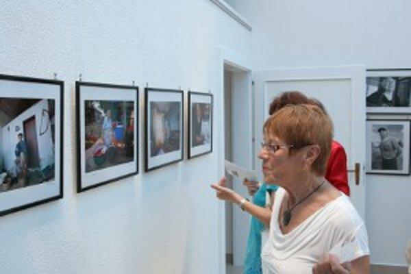 Fotografie na vernisáži zaujali návštevníkov.