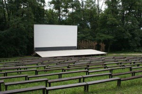 V amfiteátri sa cez leto bezplatne premietajú filmy.