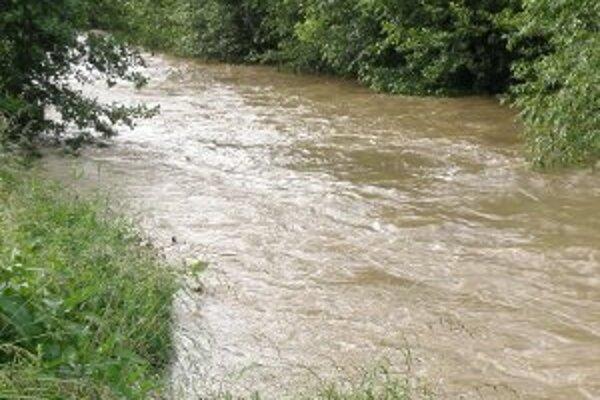 Voda v riekach a potokoch stúpa.