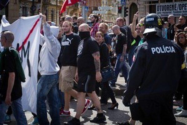 Sobotná demonštrácia proti  prijímaniu utečencov ukázala, že ak sa verejnosť na Slovensku má niekoho obávať, sú to najmä domáci extrémisti.