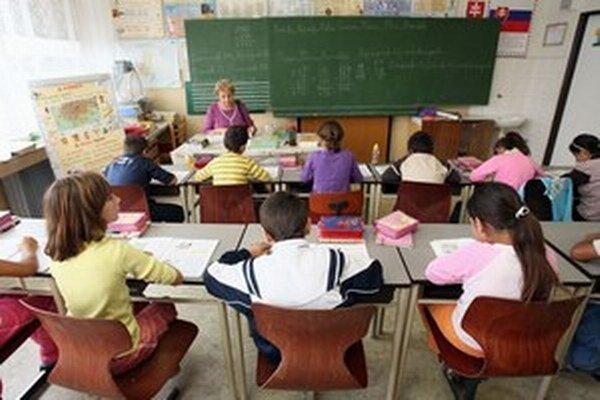Učitelia chcú zároveň pokračovať v petícii proti posilňovaniu právomocí zriaďovateľov, ktorú spustili približne pred dvomi týždňami.