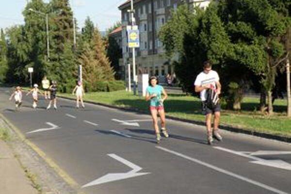Korčuliari vlani jazdili aj po uzavretej ulici.