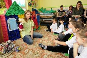 Dieťa, ktoré má nejaký problém alebo trápenie, môže o pomoc pri ochrane svojich práv požiadať aj bez vedomia rodičov.
