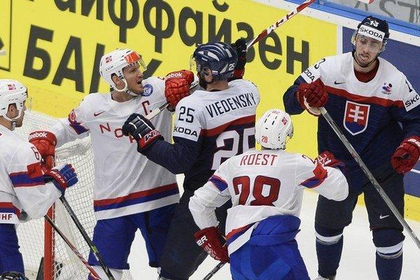 Slovenskí a nórski hokejisti.