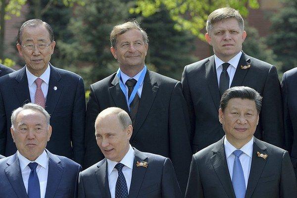 Robert Fico (vpravo hore) pri fotografovaní zahraničných návštevníkov s prezidentom Putinom (dolu v strede).