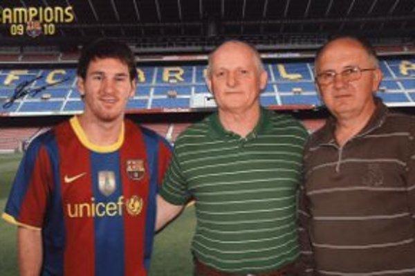 Útechou pre Miloša (vpravo) je fotka s Messim (vľavo). Miloš ale priznal, že išlo len o maketu futbalistu.