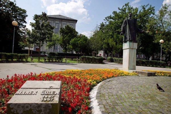 Socha Mareka Čulena v parku pred Úradom vlády v Bratislave.