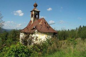 Kaplnka nad Považskou Bystricou dlho chátrala, dnes je už opravená.