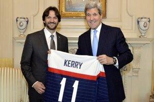 Kaliňák odovzdal Kerrymu slovenský hokejový dres.
