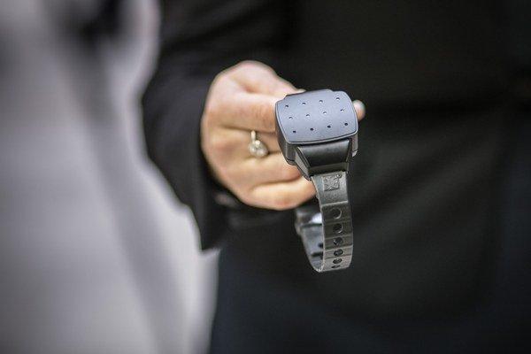 Monitorovací náramok určený na kontrolu odsúdených vykonávajúcich trest v domácom väzení.